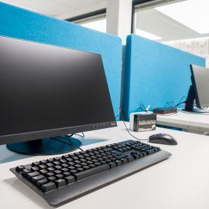 Tietokone pöydällä